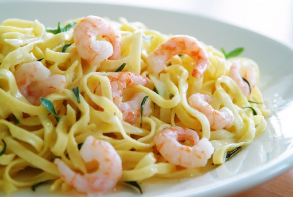 Ribbon noodles with shrimps and lemon