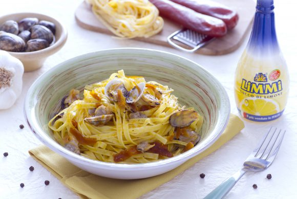 Tagliatelle pasta with roe, clams and lemon
