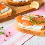 Tartine al salmone con burro aromatico