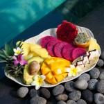 Macedonia di frutta tropicale con scaglie di cioccolato e nocciole