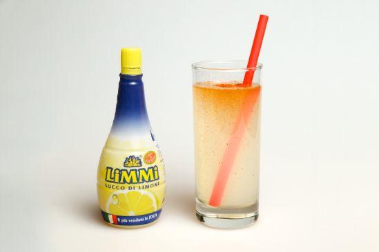 Limonata alla paprika preparata con il succo di limone Limmi