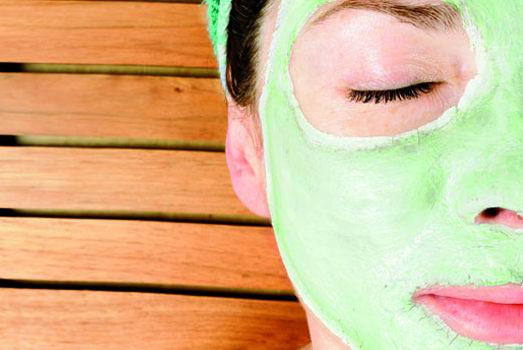 Ragazza con maschera purificante sul viso