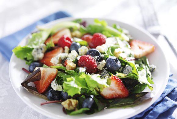Insalata di frutta, cuori di lattuga, provolone dolce e succo di lime