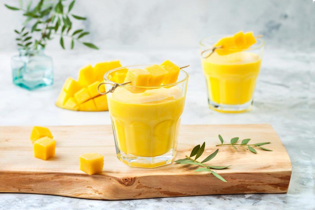bicchieri con smoothie al mango